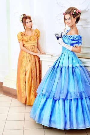 Dos hermosas mujeres en vestidos de �poca medieval. Foto de archivo - 9140567