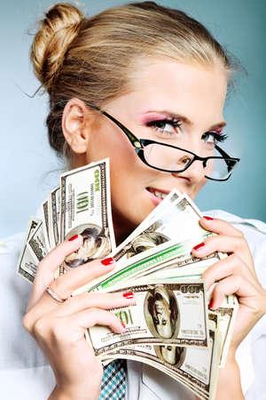 happy rich woman: Businesswoman bella azienda soldi. Studio girato su sfondo grigio.