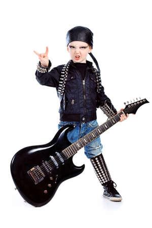 Disparo de un niño tocando música de rock con la guitarra eléctrica. Aislados sobre fondo blanco. Foto de archivo - 9215777