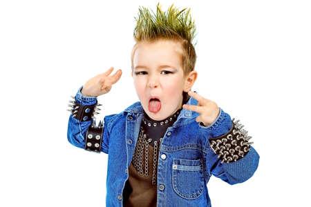 ni�o cantando: Disparo de un ni�o peque�o emocional vistiendo ropas de m�sica rock. Aislados sobre fondo blanco. Foto de archivo