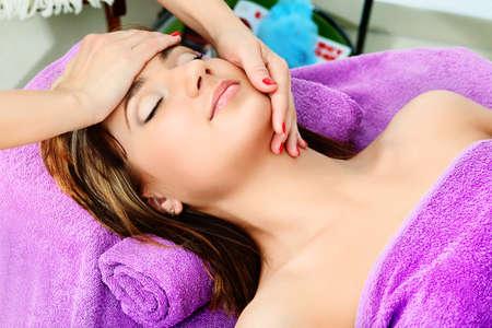 terapias alternativas: Joven y bella mujer en un masaje en un sal�n. Belleza, cuidado de la salud.