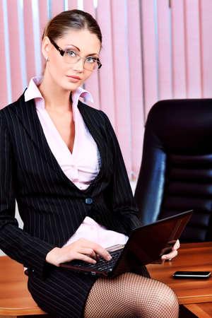 sexy secretary: Mujer de negocios atractivos est� trabajando en la Oficina. Foto de archivo