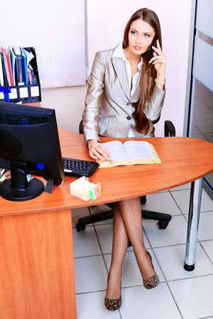 secretaria sexy: Mujer de negocios atractivos est� trabajando en la Oficina. Foto de archivo