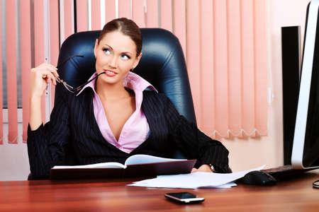 Belle femme d'affaires travaille au bureau. Banque d'images - 9263249