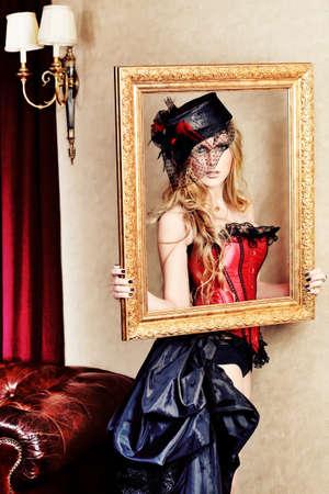 deseo sexual: Retrato de una hermosa mujer sexy sobre fondo de cosecha. Foto de archivo