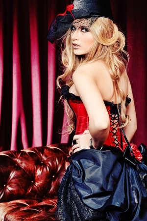 corsetto: Ritratto di una donna sexy bella sopra sfondo vintage. Archivio Fotografico