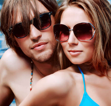 parejas sensuales: Feliz pareja tener un descanso en una playa. Foto de archivo