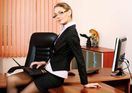 sexy secretary: Mujer de negocios atractivo est� trabajando en la Oficina. Foto de archivo