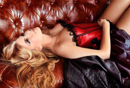 corsetto: Ritratto di una donna bella e sexy sopra sfondo vintage. Archivio Fotografico