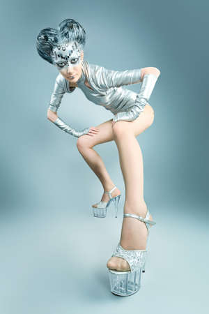 concept magical universe: Captura de una mujer joven futurista.
