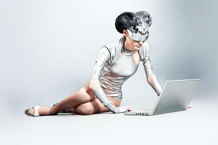 concept magical universe: Captura de una mujer joven futurista con un ordenador port�til.