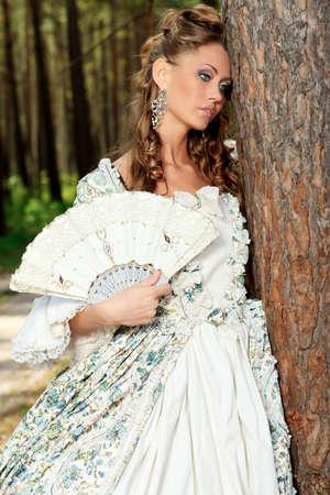 maquillaje de fantasia: Joven y bella mujer en �poca medieval vestido en un d�a soleado al aire libre.