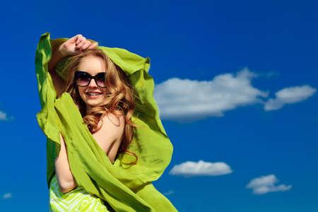 Joven y bella mujer al aire libre en el cielo azul.