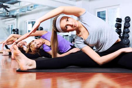 gimnasia aerobica: Grupo de mujeres j�venes en el centro de gimnasio.