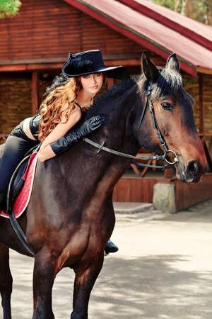 mosquetero: Joven y bella mujer en traje medieval es montar a caballo. Foto de archivo