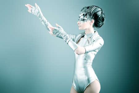 Captura de una mujer joven futurista.