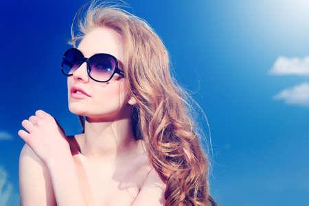Bella giovane donna all'aperto nel cielo blu.