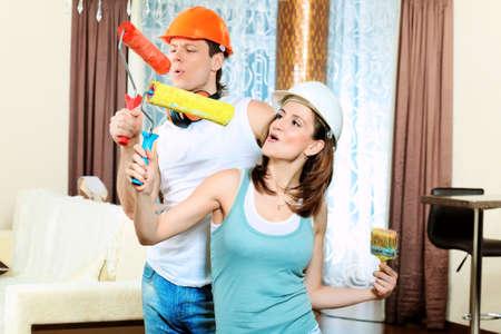reparaturen: Happy Family Reparaturarbeiten in ihrer neuen Heimat zu machen.