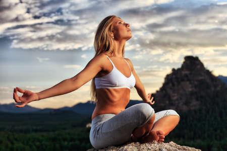 respiration: Svelte jeune femme faisant exercice de yoga en plein air. Banque d'images