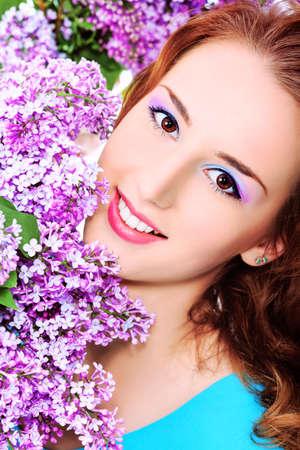 Portrait d'une jeune fille beau printemps en fleurs lilas.