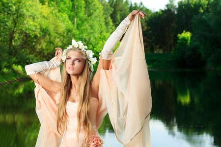 fantasy makeup: Retrato de una chica de ensueño hadas al aire libre.