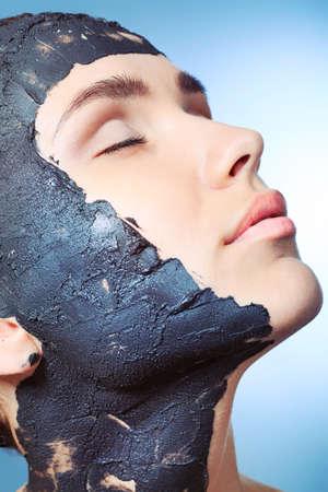 rejuvenating: Ritratto di donna con maschera di fango termale sul suo viso. Archivio Fotografico