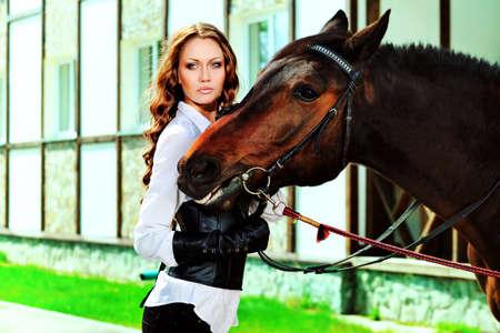 femme et cheval: Belle jeune femme avec un cheval en plein air.