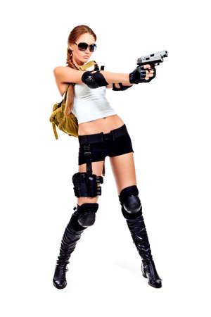 mujer con pistola: Captura de una mujer militar sexy posando con armas de fuego. Aislado en blanco. Foto de archivo