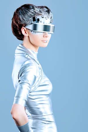 futuristico: Colpo di una donna futuristica giovane con gli occhiali. Archivio Fotografico
