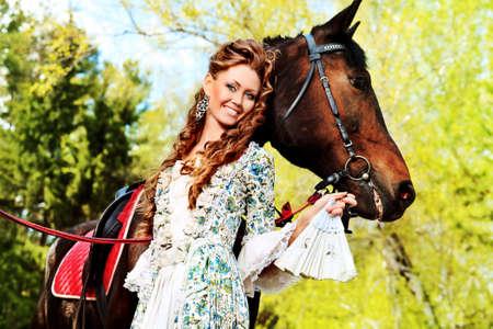 abito medievale: Bella giovane donna in abito medievale con un esterno cavallo. Archivio Fotografico