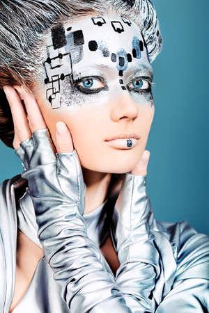 pintura en la cara: Retrato de una joven futurista. Foto de archivo