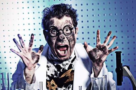 investigador cientifico: Tema médico: científico loco gracioso está trabajando en un laboratorio. Foto de archivo