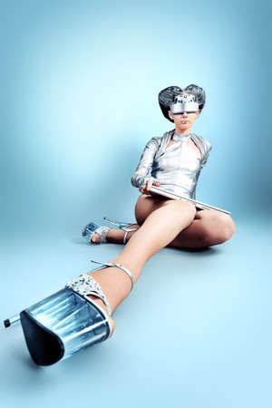 concept magical universe: Foto de una mujer joven futurista.