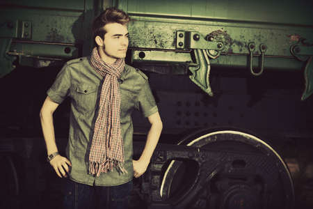 male fashion model: Retrato de un hombre guapo posando al aire libre. Foto de archivo