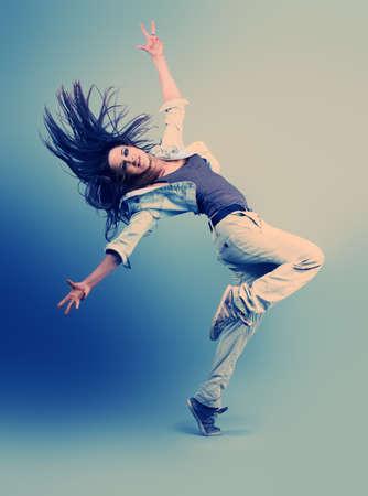 baile hip hop: Adolescente bailando hip-hop en el estudio.
