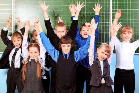 sch�ler: Fr�hliche Sch�ler in einem Klassenzimmer. Education. Lizenzfreie Bilder
