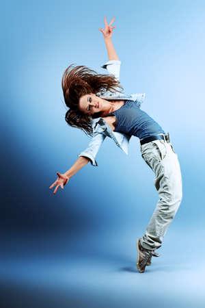 Adolescente bailando hip-hop en el estudio.