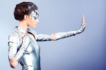 body expression: Foto de una mujer joven futurista.