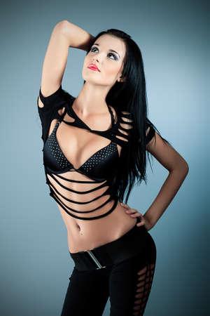 morena sexy: Foto de moda, est� planteando un modelo sobre fondo gris