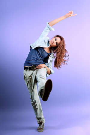 baile moderno: Adolescente bailando hip-hop en el estudio.