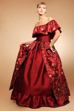 vestido medieval: Retrato de una bella mujer con vestido de época medieval. Rodada en un estudio. Foto de archivo