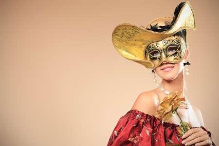 carnaval: Portret van een mooie vrouw in het middeleeuwse tijdperk jurk. Shot in een studio.