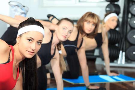 Grupo de mujeres jóvenes en el centro de gimnasio.