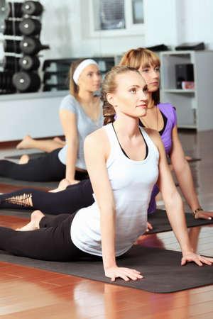 abdomen fitness: Grupo de mujeres j�venes en el centro de gimnasio.