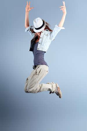 若い男性と女性のスタジオでのヒップホップのダンスのカップル。