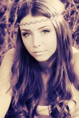 jolie fille: Romantique jeune femme posant en plein air.
