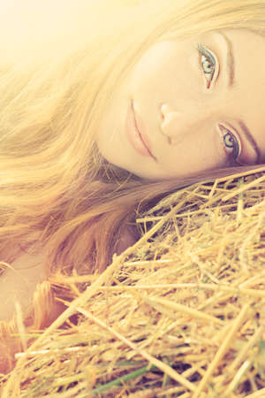mujer hippie: Mujer joven rom�ntico posando al aire libre.
