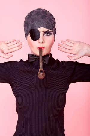 mujer pirata: Disparo de un extravagante modelo de moda.