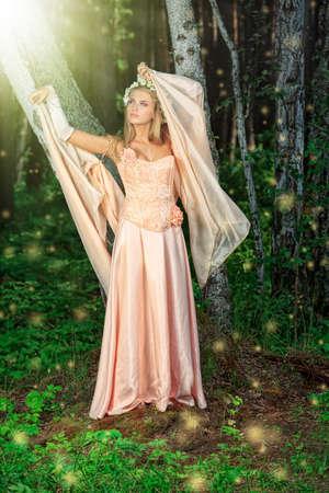 maquillaje de fantasia: Retrato de una chica de ensue�o hadas en un bosque. Foto de archivo