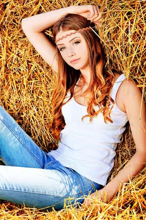 ロマンチックな若い女性が屋外ポーズします。 写真素材